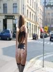 Телка на улице публично задирает платье без трусов показывая красивую голую попку и киску, фото 7
