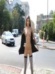 Телка на улице публично задирает платье без трусов показывая красивую голую попку и киску, фото 8