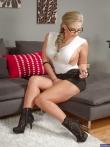 Зрелая женщина с большими голыми дойками Phoenix Marie в очках позирует аппетитной жопой, фото 1