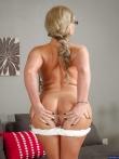 Зрелая женщина с большими голыми дойками Phoenix Marie в очках позирует аппетитной жопой, фото 8