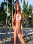 На пляже рыжая красотка Ashley Bulgari с бронзовым загаром позирует круглой попкой и титьками запачканными в мокром песке, фото 10