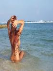 На пляже рыжая красотка Ashley Bulgari с бронзовым загаром позирует круглой попкой и титьками запачканными в мокром песке, фото 13
