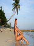 На пляже рыжая красотка Ashley Bulgari с бронзовым загаром позирует круглой попкой и титьками запачканными в мокром песке, фото 15
