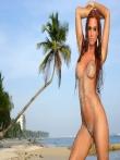 На пляже рыжая красотка Ashley Bulgari с бронзовым загаром позирует круглой попкой и титьками запачканными в мокром песке, фото 16