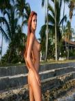На пляже рыжая красотка Ashley Bulgari с бронзовым загаром позирует круглой попкой и титьками запачканными в мокром песке, фото 6