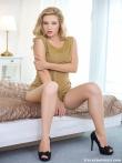 Белокурая модель Marianna Merkulova скрестила наверху каблуки длинных ног эффектно показав красивую попу, фото 3