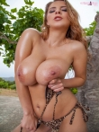 Большие масляные сиськи в бикини пышки Кати на природе, фото 11