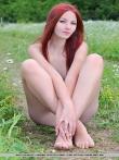 Волосатая писька рыжей худышки с маленькой грудью в зеленое траве, фото 11