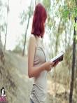 Рыжая в лесу снимает джинсы с большой попы и майку с натуральных сисек, фото 2