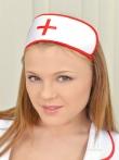 Медсестра в халате показала преимущества натуральных доек, фото 1