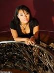 Азиатская порнозвезда Asa Akira спускает кружевные трусы с экзотической письки, фото 3