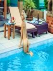 Мокрые прелести упругой попки блондинки с косичкой в желтом бикини у бассейна, фото 14