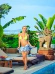 Мокрые прелести упругой попки блондинки с косичкой в желтом бикини у бассейна, фото 2