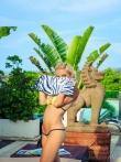 Мокрые прелести упругой попки блондинки с косичкой в желтом бикини у бассейна, фото 5