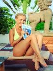 Мокрые прелести упругой попки блондинки с косичкой в желтом бикини у бассейна, фото 7