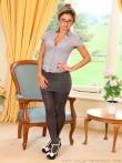 Очкастая секретарша в колготках расстегивает блузку устраивая стриптиз на работе, фото 1