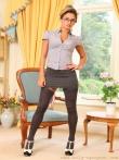 Очкастая секретарша в колготках расстегивает блузку устраивая стриптиз на работе, фото 2