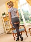 Очкастая секретарша в колготках расстегивает блузку устраивая стриптиз на работе, фото 4