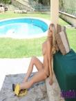 Расстегивает обтягивающее золотое платье под которым отличные дойки и на письке у девушке нет трусов, фото 4