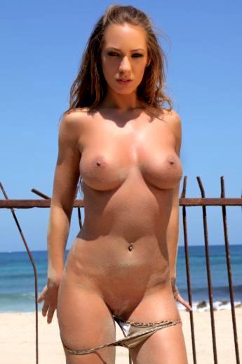 Пляжные фото на которых баба оголяется снимая бикини с больших сисек и жопы