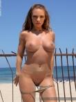 Пляжные фото на которых баба оголяется снимая бикини с больших сисек и жопы, фото 5