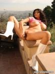 Зрелая порнозвезда Tera Patrick в кожаных сапогах оголила крупные сиськи под розовым нижним бельем на балконе, фото 13