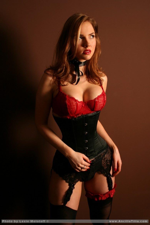 Рыжая девушка в чёрных чулках 26 фотография