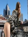 Худая бабенка на балконе позирует в верхней одежде без трусов красуясь в кожаных сапогах маленькой жопой, фото 11