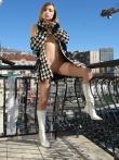 Худая бабенка на балконе позирует в верхней одежде без трусов красуясь в кожаных сапогах маленькой жопой, фото 14