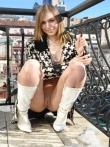 Худая бабенка на балконе позирует в верхней одежде без трусов красуясь в кожаных сапогах маленькой жопой, фото 2