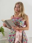 Застенчивая блондинка читает книгу и снимает трусы вместе с бюстгальтером с роскошных грудей, фото 1