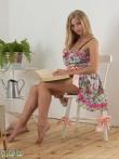 Застенчивая блондинка читает книгу и снимает трусы вместе с бюстгальтером с роскошных грудей, фото 4