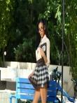 Мулатка задирает юбку показывая черную попку с анальной пробкой, фото 4
