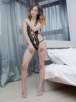Худая шлюшка в эротичном нижнем белье с татуировкой на ляжках, фото 1