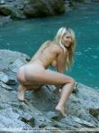 Красотка в водопаде оголяет большие сиськи, фото 13