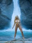 Красотка в водопаде оголяет большие сиськи, фото 3