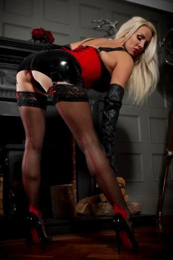 Зрелая порнозвезда в корсете Dannii Harwood показывает жопу под маленькой латексной юбкой