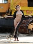 Модель с длинными ногами распахивает пеньюар с крупными голыми сиськами позирует на стройке, фото 10