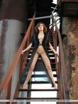 Модель с длинными ногами распахивает пеньюар с крупными голыми сиськами позирует на стройке, фото 15