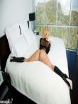 Жаркая шлюшка в кожаных сапогах Phoenix Marie снимает сексапильное белье в постели, фото 11