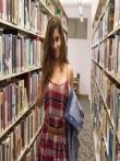 Телка задирает платье на любительских фото в библиотеке щеголяя большой жопой, фото 2