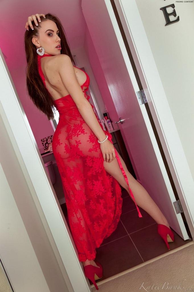 Зрелая дама в красном платье на голом теле