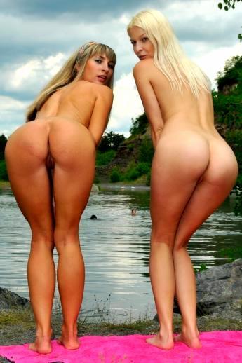Телки на озере в просвечивающем белье остаются с голыми жопами рядком