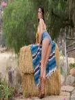 Darcie Dolce крутая жопа в джинсовых шортиках на природе, фото 3