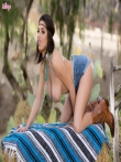 Darcie Dolce крутая жопа в джинсовых шортиках на природе, фото 6
