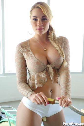 Рябая шлюшка Skyla Novea с русой косой щеголяет большими голыми сиськами