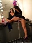 Жопастая зрелая порнозвезда у зеркала в коротком обтягивающим зад платье без трусов, фото 10