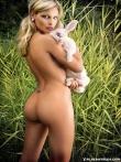 Красивая голая попка длинноногой блондинки на природе, фото 10