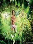Красивая голая попка длинноногой блондинки на природе, фото 5