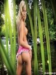 Красивая голая попка длинноногой блондинки на природе, фото 7